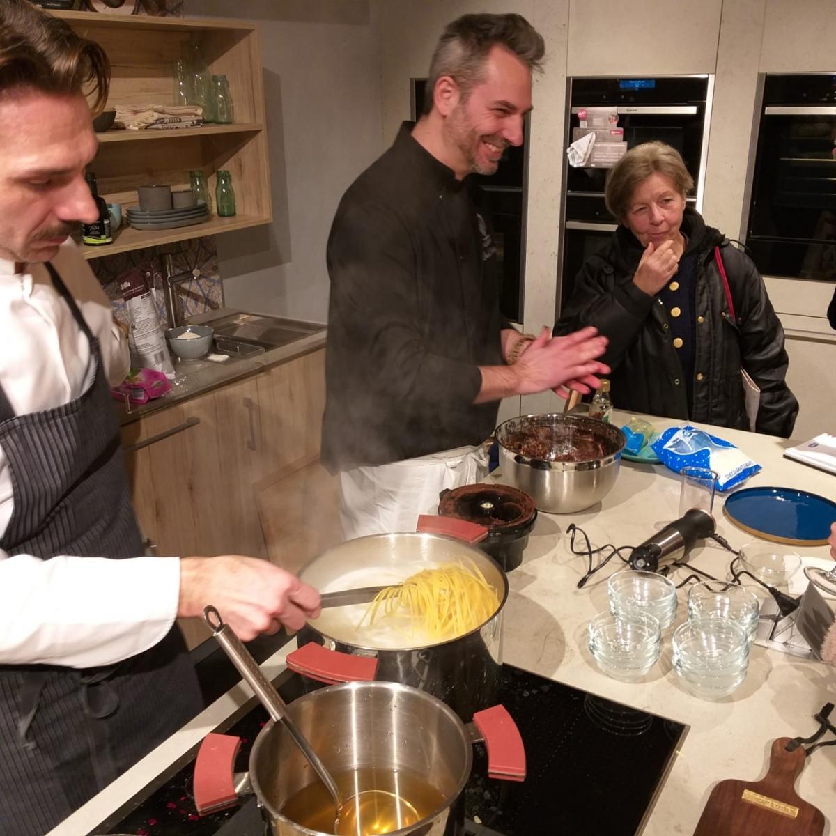 Da una parte chef Stefano Grandi prepara la cacio e pepe con finta bottarga di cioccolato, dall'altra chef Cristiano Bonolo sta realizzando un ottimo dolce vegano a base di frutta secca e cacao