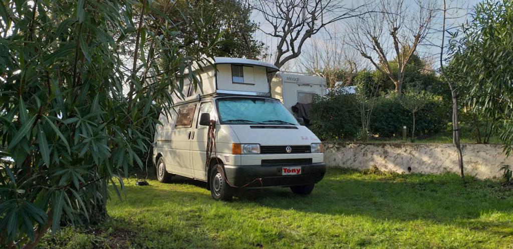 Tony Furgony in campeggio parcheggiato nella piazzola, bellissimo.