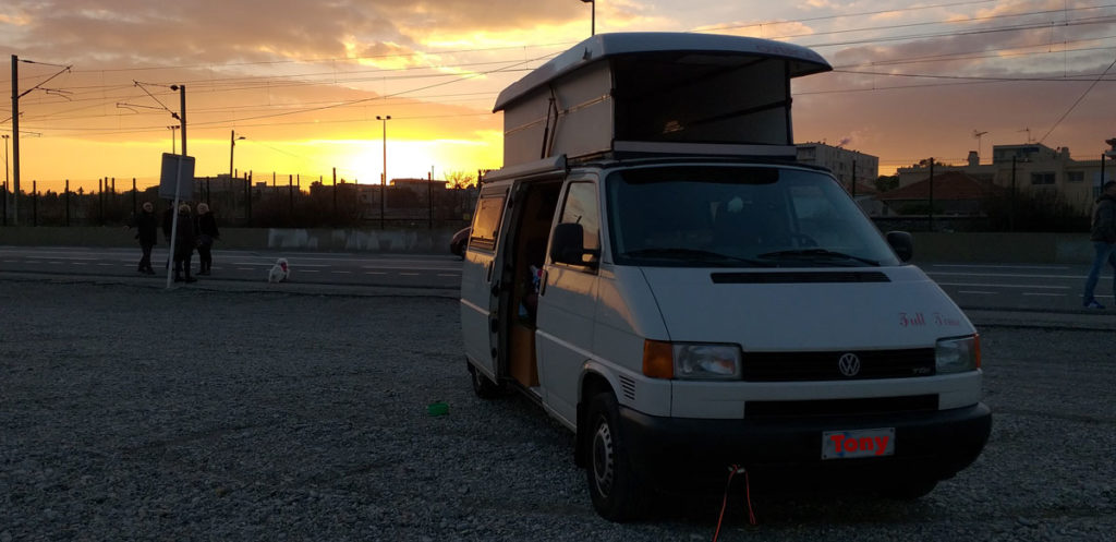 Il nostro furgone Tony Furgony al tramonto sulla spiaggia di Antibes, vicino al campeggio