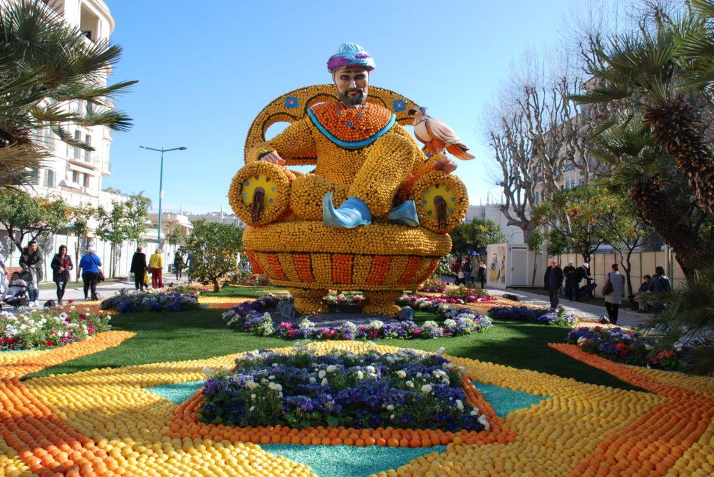Il genio della lampada interamente realizzato con limoni, arance e fiori colorati