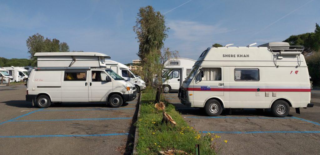 Italia Centrale: Tony Furgony parcheggiato di fronte ad un Volkswagen LT28 Shere Khan