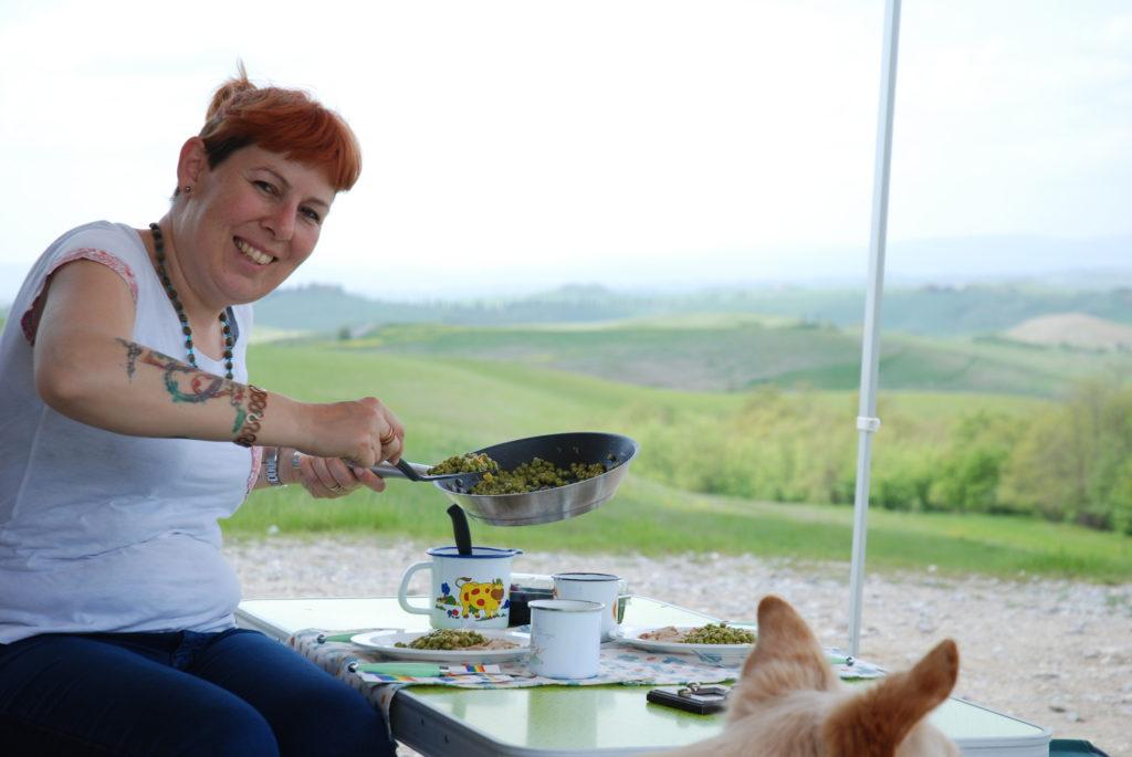Anna sta mescendo il pranzo, arrosto e piselli, con una vista mozzafiato sulla Toscana