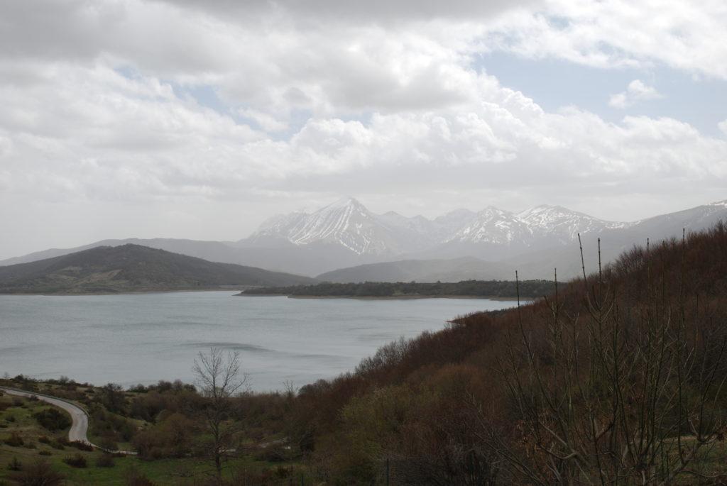 Il viaggio verso il lago di Campotosto è stato un'avventura, in questa foto il lago, la natura e il Gran Sasso sullo sfondo