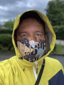 Foto di Ivan con mascherina e k-way giallo col cappuccio tirato su.